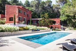 EGUILLES - jardin méditerranéen: Jardin de style de style Méditerranéen par Agence MORVANT & MOINGEON