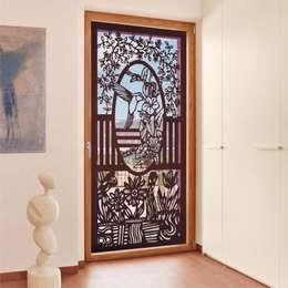 PROTECCIONES DECORATIVAS: Puertas y ventanas de estilo moderno por HERRAJES ECATEPEC DE ORIENTE, S.A. DE C.V.