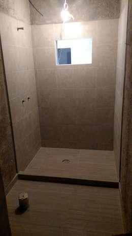 MINEROS 222: Baños de estilo  por H+R ARQUITECTOS