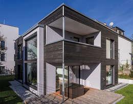 Nach innen verspringenden Terrasse mit darüber liegenden überdachten Balkon: moderne Häuser von KitzlingerHaus GmbH & Co. KG
