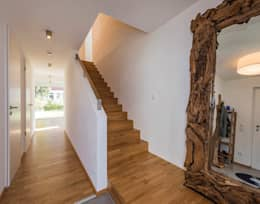 Eichentreppe mit Stauraum unter der Treppe: moderner Flur, Diele & Treppenhaus von KitzlingerHaus GmbH & Co. KG