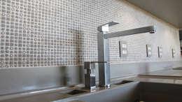 Casa JJ: Cozinhas modernas por Luiz Coelho Arquitetura