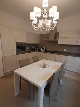 Casa A1 - Ristrutturazione casa di civile abitazione: Cucina in stile in stile Classico di CRISTINA AMBROSINI ARCHITETTO