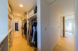 玄関からお風呂まで繋がるウォークインクローゼット: インデコード design officeが手掛けた家です。