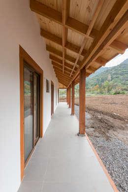 Casa Los Morros: Casas de estilo colonial por Grupo E Arquitectura y construcción