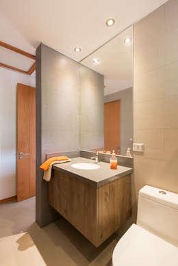 Casa Los Morros: Baños de estilo colonial por Grupo E Arquitectura y construcción