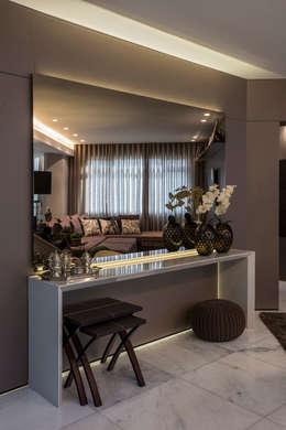 Pasillos y recibidores de estilo  por Andréa Buratto Arquitetura & Decoração