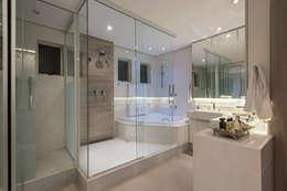 حمام تنفيذ Andréa Buratto Arquitetura & Decoração