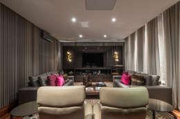 Residência Nova Lima : Salas multimídia modernas por Andréa Buratto Arquitetura & Decoração