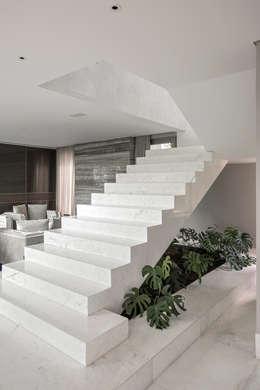 Residência Nova Lima : Corredores e halls de entrada  por Andréa Buratto Arquitetura & Decoração