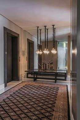 Apartamento com Varanda: Corredores e halls de entrada  por Andréa Buratto Arquitetura & Decoração