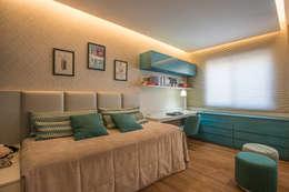 Apartamento com Varanda: Quartos  por Andréa Buratto Arquitetura & Decoração