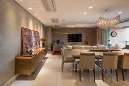 Apartamento com Varanda: Salas de jantar modernas por Andréa Buratto Arquitetura & Decoração