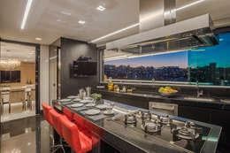 Apartamento com Varanda: Cozinhas modernas por Andréa Buratto Arquitetura & Decoração