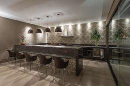Residência Luxemburgo: Cozinhas modernas por Andréa Buratto Arquitetura & Decoração