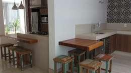 Cocinas de estilo moderno por Monica Guerra Arquitetura e Interiores