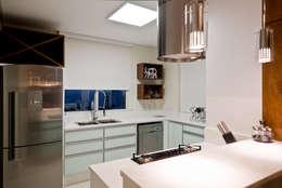 Cocinas de estilo moderno por Kris Bristot Arquitetura