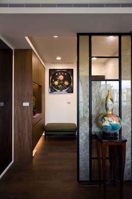 Pasillos y recibidores de estilo  por UNIQUE DESIGN優尼客空間設計