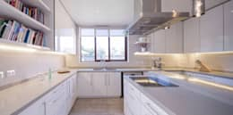 Cocinas de estilo moderno por Grupo E Arquitectura y construcción