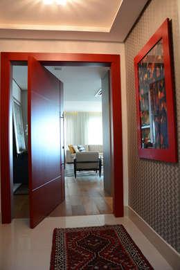 Hall de entrada: Salas de estar clássicas por Carolina Burin Arquitetura Ltda