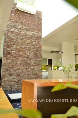 Weeping wall: minimalistic Garden by Aadyam Design Studio