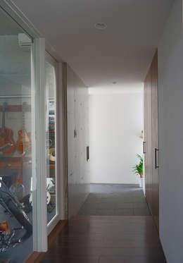ケイシャチノイエ: 久友設計株式会社が手掛けた廊下 & 玄関です。