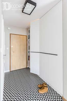 Mieszkanie z hiszpańską duszą : styl , w kategorii Korytarz, przedpokój zaprojektowany przez Decoroom