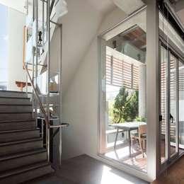 Corridor & hallway by 前置建築 Preposition Architecture