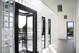 戶外風景的走廊:  走廊 & 玄關 by 賴人碩建築師事務所