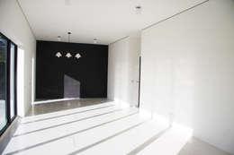 沒有柱樑的板牆空間:  客廳 by 賴人碩建築師事務所