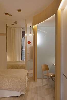 Camera da letto in stile in stile Rustico di Sucursal urbana universo Sostenible