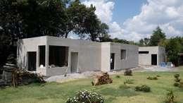 Vista de la fachada principal.: Casas de estilo rural por taller garcia arquitectura integral