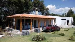 Vista de fachada con un avance del 95%.: Casas de estilo rural por taller garcia arquitectura integral