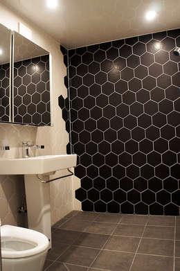 Banheiros modernos por SPACEHWA