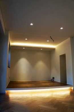 Salas de estar modernas por SPACEHWA