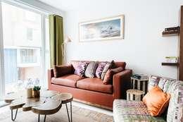 Salas de estilo moderno por Katie Malik Interiors
