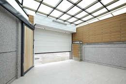 Garajes de estilo moderno por 映荷空間設計