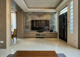 Salas de estilo clásico por 世家新室內裝修公司