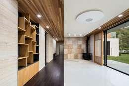 Projekty,  Korytarz, przedpokój zaprojektowane przez 아키누스(건축동인) 건축사사무소