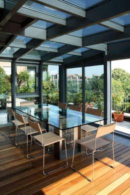 Jardines de invierno de estilo moderno por T+T ARCHITETTURA