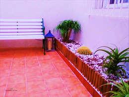 Jardines de estilo mediterraneo por CONSUELO TORRES Proyectos Globales de Interiorismo