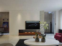 Light 加減0的生活美學:  客廳 by 構築設計