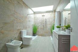 Casa Castilla la Vieja: Baños de estilo moderno de b2v arquitectura