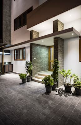 Entrance to the House: modern Houses by Manuj Agarwal Architects