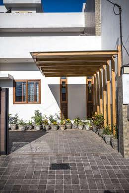 Car Park Porch/Pergola: modern Garage/shed by Manuj Agarwal Architects