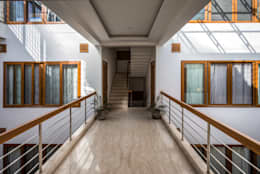 Bridge overlooking the courtyard on either side:  Corridor & hallway by Manuj Agarwal Architects