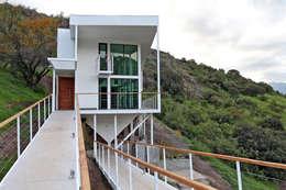 FACHADA ORIENTE: Casas de estilo mediterraneo por Directorio Inmobiliario
