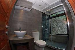 VISTA BAÑO PRIMER NIVEL: Baños de estilo mediterraneo por Directorio Inmobiliario