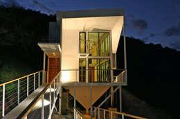 FACHADA ORIENTE DE NOCHE: Casas de estilo mediterraneo por Directorio Inmobiliario