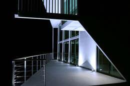 TERRAZA MIRADOR DE NOCHE CON ILUMINACIÓN A NIVEL DE PISO : Terrazas  de estilo  por Directorio Inmobiliario